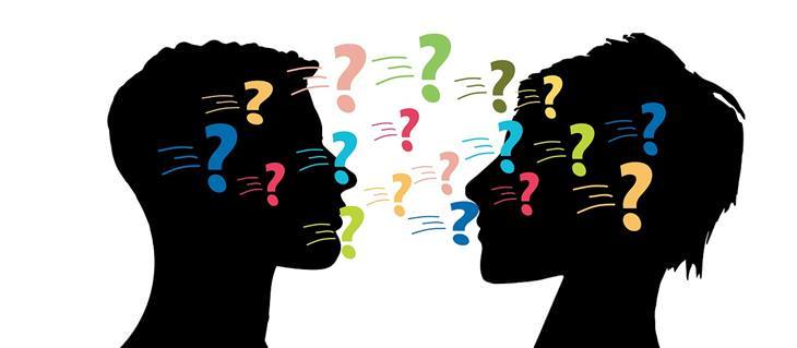 7 שלבי ההתפתחות האישית: איור של סימני שאלה שנעים בין שני ראשים של אנשים