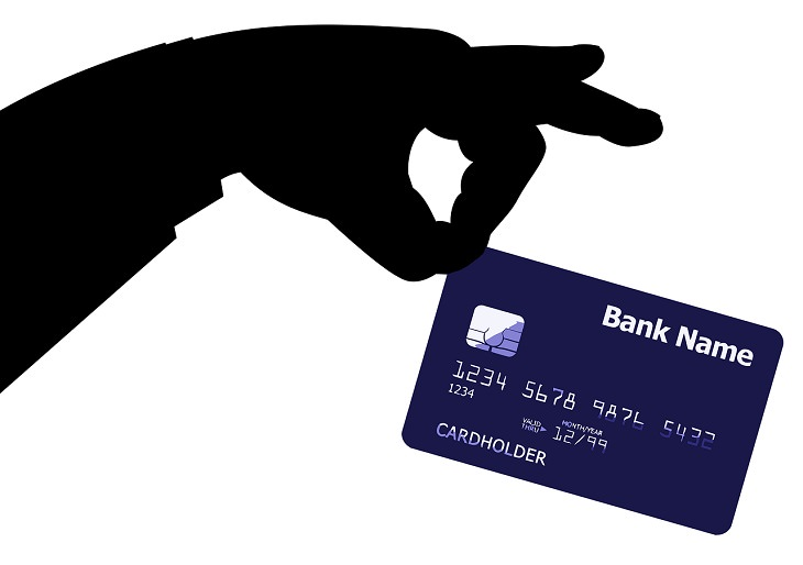 שיטות לשיפור הזכרון: יד אוחזת בכרטיס אשראי