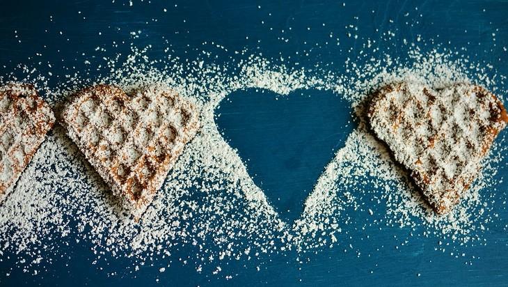 גמילה מסוכר ב7 צעדים: וואפלים בצורת לב עם חור ביניהם בצורת לב עם אבקת סוכר סביבו