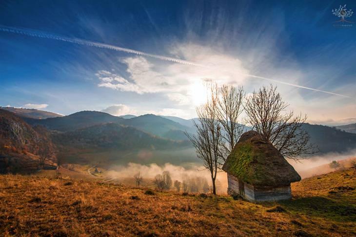 תמונות מדהימות של טרנסילבניה: בית קטן ומבודד לצד הזריחה