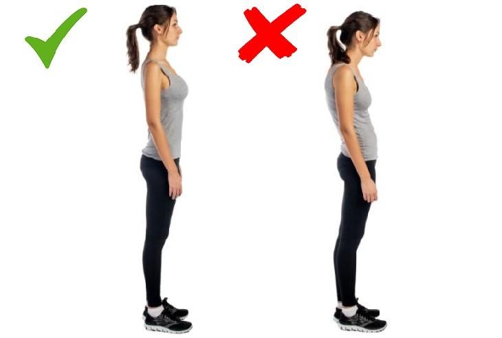 תנועות גוף שיוצרות רושם שלילי: אישה עומדת שפוף וישר