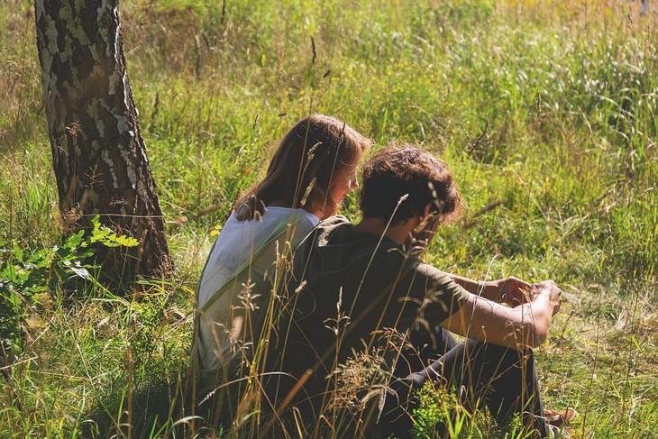 דברים שעושים בלי לשים לב שפוגעים בזוגיות: זוג יושב בטבע