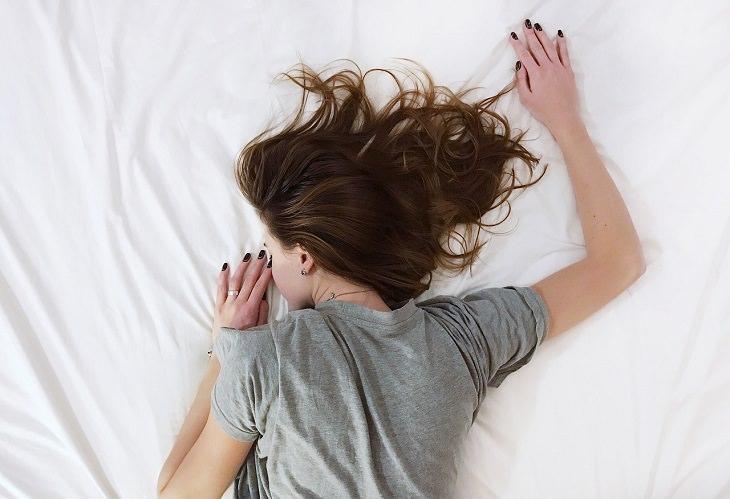 סימנים למחסור בחלבון: אישה ישנה