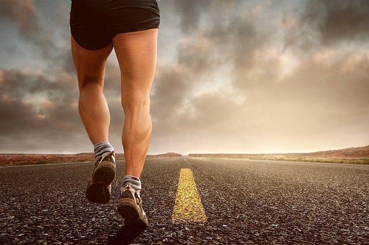 היתרונות הבריאותיים של הקולרבי: רגליים שריריות במהלך הליכה על הכביש