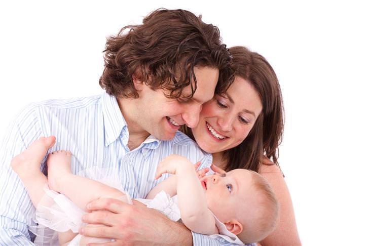 ארבעת סוגי האוהבים: הורים מחזיקים תינוק ומסתכלים עליו עם חיוך על הפנים