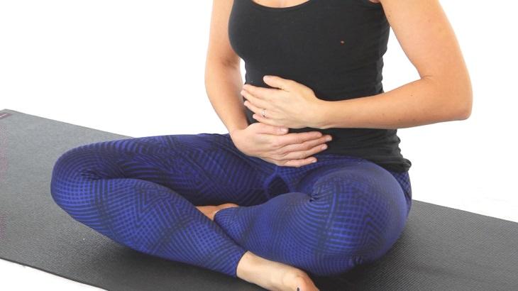 תנוחות מומלצות על ידי מומחי יוגה: תנוחת הנשימה הבטנית