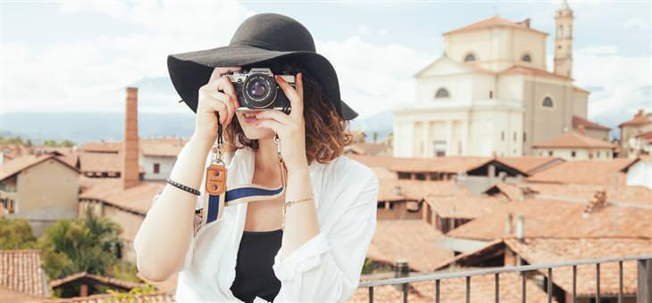 חידות: תיירת עם מצלמה