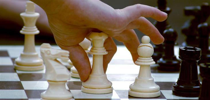 חידות: יד מחזיקה כלי שחמט
