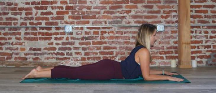 תנוחות מומלצות על ידי מומחי יוגה: תנוחת הספינקס
