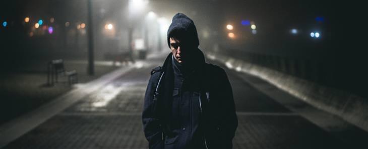סוגי החרדות שהתעצמו בגלל הטכנולוגיה: איש עומד לבד בלבוש חורפי