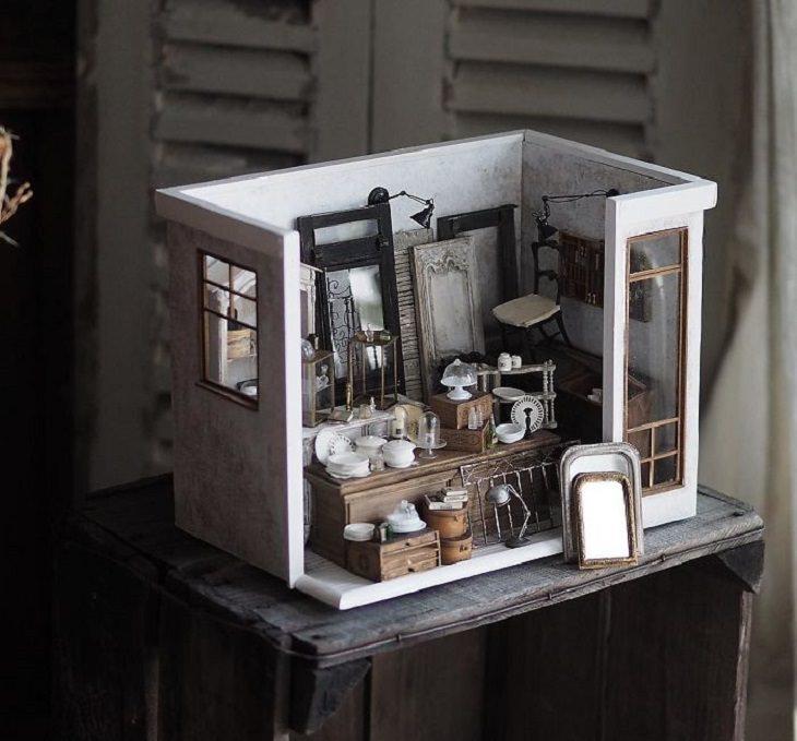 יצירות מיניאטוריות מפורטות: חדרון עם חלונות, דלתות וכלי מטבח