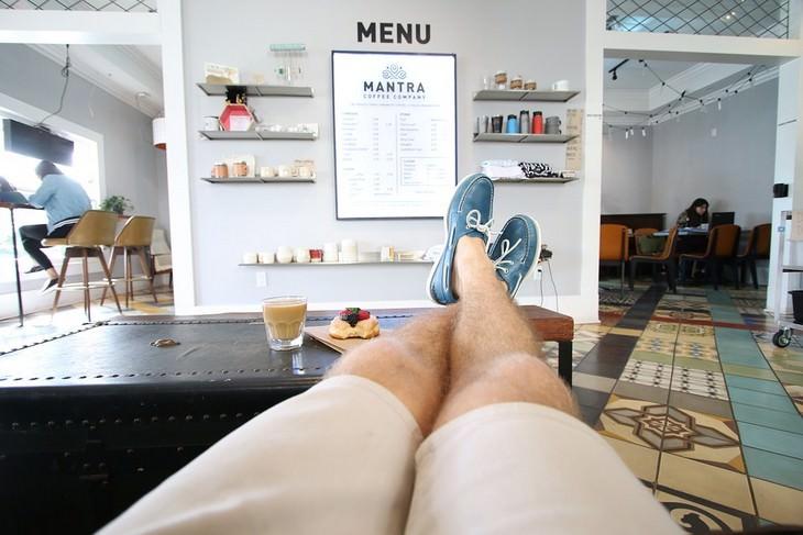 טריקים מגובים מדעית להגברת הביטחון העצמי: רגליים של גבר מונחות על שולחן