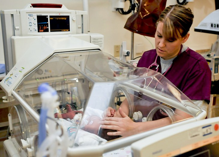 דברים שרופא הילדים שלכם לא מגלה לכם: אחות בודקת תינוק באינקובטור