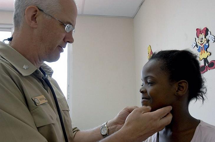 דברים שרופא הילדים שלכם לא מגלה לכם: רופא בודק ילדה