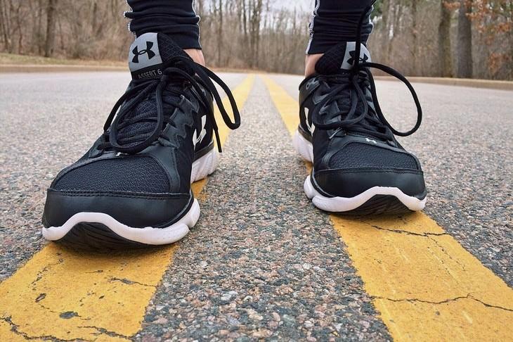 אימון של 20 דקות: רגליים עם נעלי ספורט על כביש