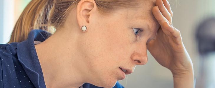 סימני אזהרה לפני התמוטטות עצבים: אישה אוחזת בראשה
