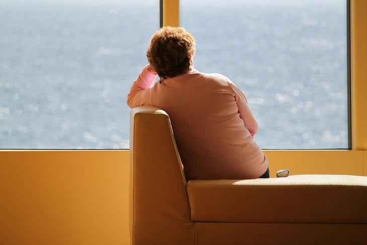 מידע שחייבים לספר לרופא: אישה יושבת על ספה בגבה למצלמה