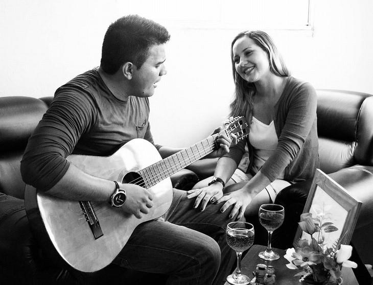 מתי עדיף להגיד תודה: אישה מניחה ידייה על ברכי גבר שמנגן בגיטרה