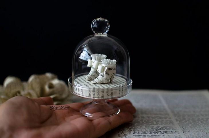 פסלוני מיניאטורות ממוחזרים של האומנית מלנה ורגרטל
