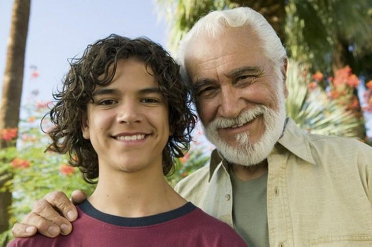 עצות חכמות מסבא: סב ונכד מחייכים למצלמה