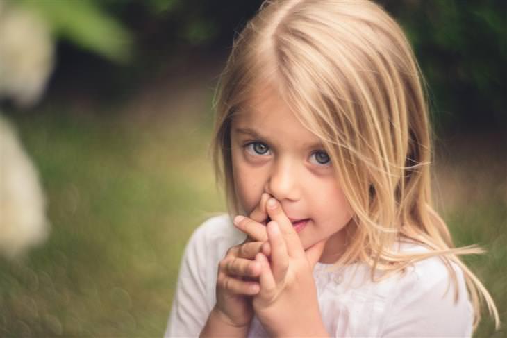 האזהרה הכללית שהורים חייבים להפסיק להגיד לילדים: ילדה שנראית נבוכה