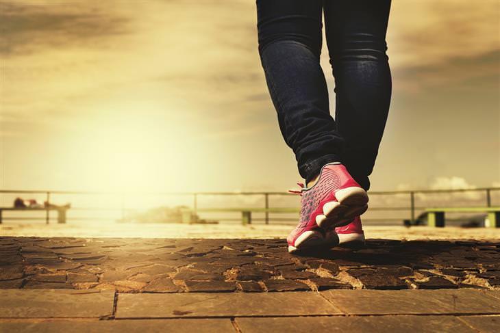 כאבים בזמן הליכה: רגליים של אישה עם נעלי ספורט