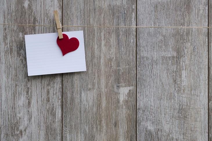 טיפים לשיפור חיי המין: פתח עם לב תלוי עם אטב על חוט