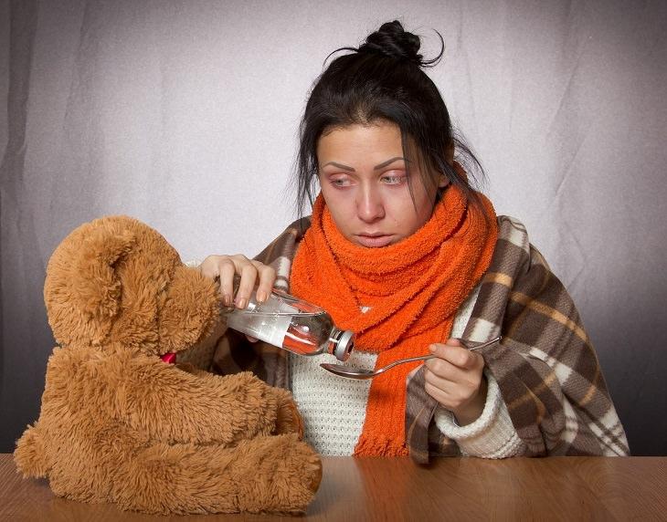מחלות מתחפשות: אישה מוזגת תרופה לכפית
