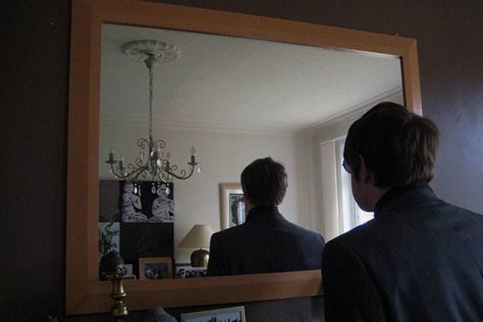 אדם מביט על עצמו בראי ורואה את גבו