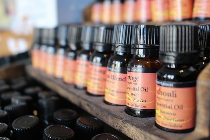 שמנים אתרים לטיפול בכאבי ראש: מדף עם בקבוקי שמן אתרי
