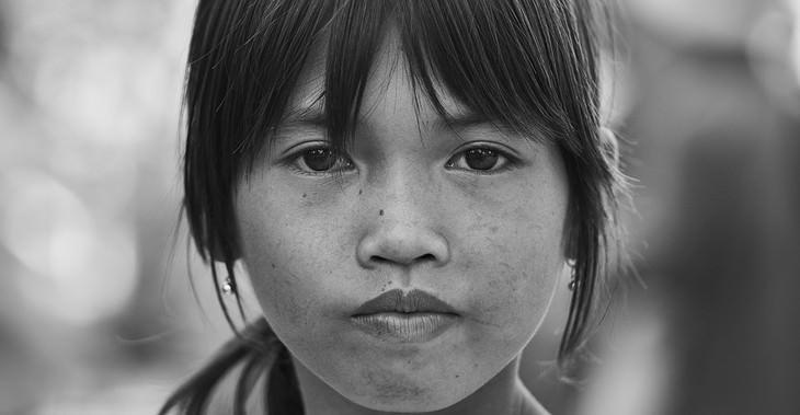 סימנים להפרעות קשב וריכוז אצל בנות: ילדה מביטה למצלמה