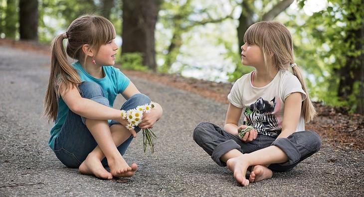 סימנים להפרעות קשב וריכוז אצל בנות: שתי ילדות מדברות