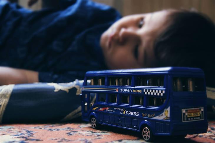 בדיחת עיכוב ברכבת: ילד עצוב ליד אוטובוס צעצוע