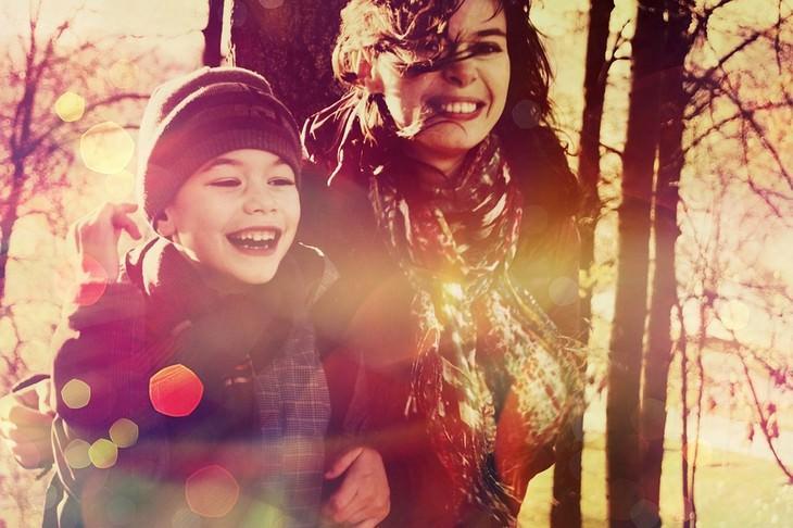 עצות חכמות של אב שאיבד את בנו: אימא ובן עומדים ביער ומחייכים