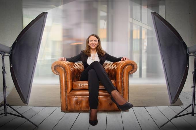 איזה ריאליטי מתאים לך: אישה יושבת בכורסא מול פנסי תאורה