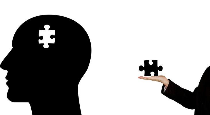 גילוי ישראלי על רימון כמשפר תפקודי מוח: איור של חתיכת פאזל חסרה בראשו של גבר שאישה אוחזת בו