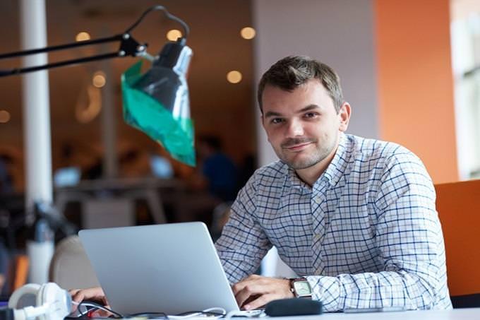 איזה ריאליטי מתאים לך: גבר יושב מול מחשב במשרד