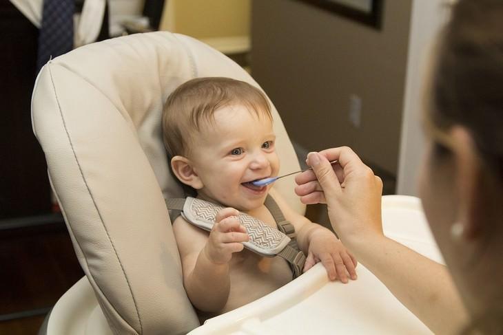 יתרונות מרנטת הקנה: אם מאכילה תינוק עם כפית