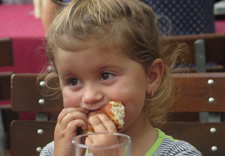 עצות הורות של סופר נני המקורית: ילדה אוכלת