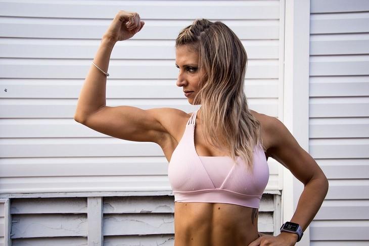 תרגיל גוף כוללני: אישה מכווצת את שרירי הזרוע שלה