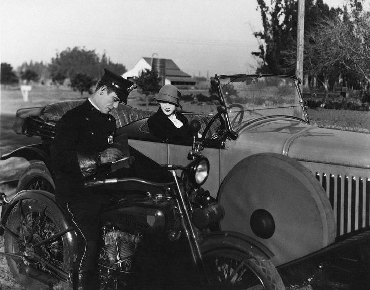 שיטת הניקוד החדשה: תמונות נוסטלגיה של שוטר על אופנוע רושם קנס לנהגת