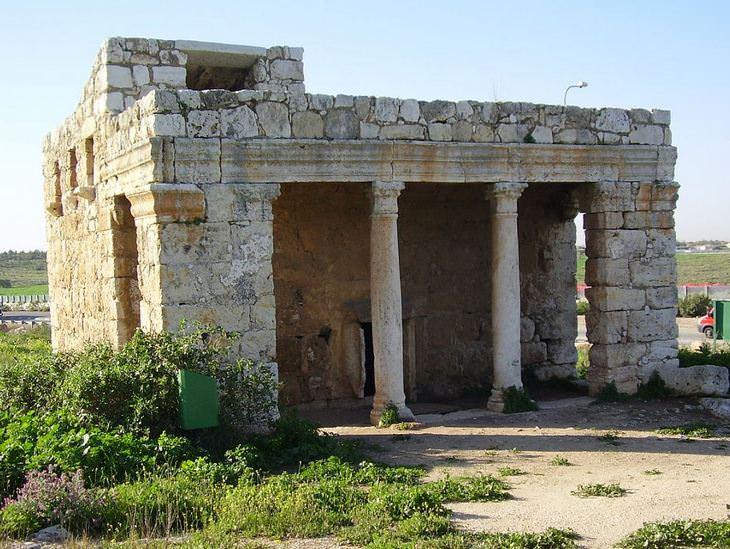 מבנים היסטוריים בישראל: מאוזוליאום מזור