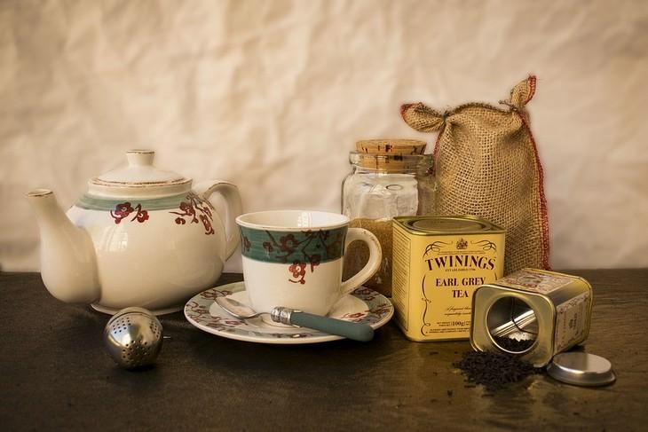 חליטות תה לבעיות בריאות: שקים וקופסאות עם חליטות תה לצד כוס וקומקום