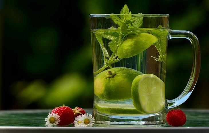 חליטות תה לבעיות בריאות: כוס תה עם עלי לואיזה ופרוסות לימון