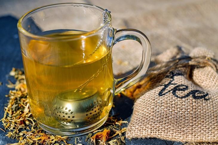חליטות תה לבעיות בריאות: כוס תה עם חליטה