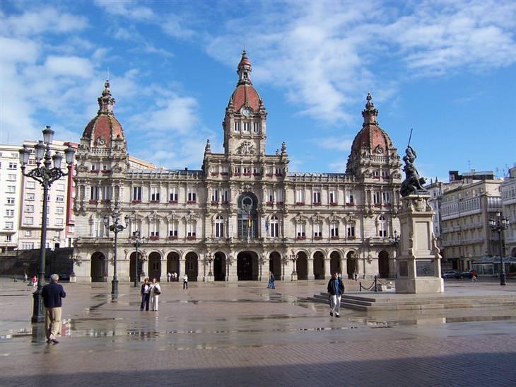 אתרים לא מוכרים ומומלצים בספרד: בניין בלה קורוניה