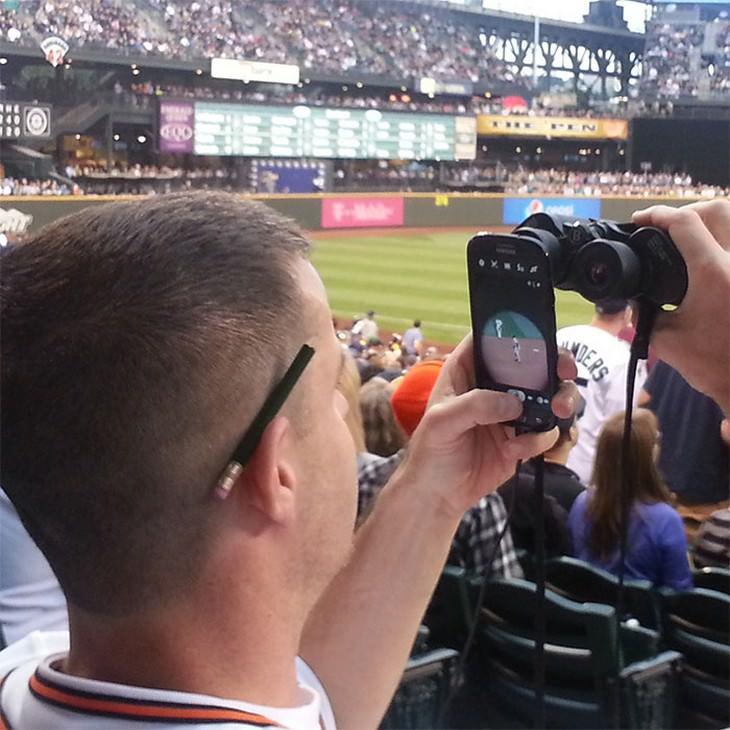 טיפים טיפשיים אך יעילים: גבר מצלם תמונה דרך משקפת
