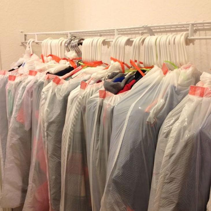 טיפים טיפשיים אך יעילים: בגדים תלויים על קולבים וארוזים בשקית