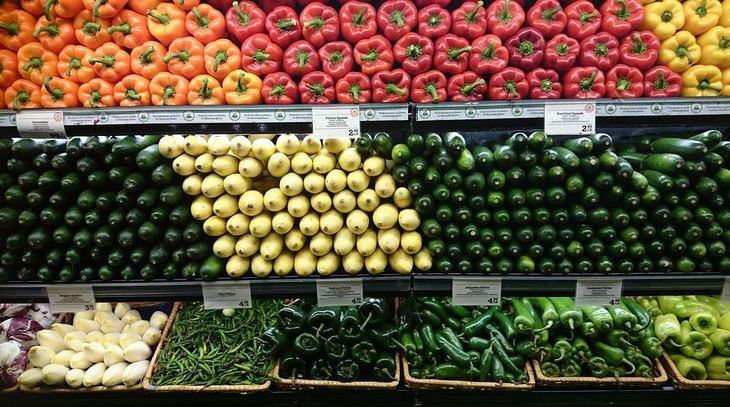 איך לבחור מוצרים נכון:  מדפים של ירקות