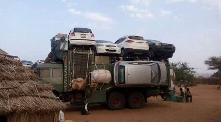 תמונות מדהימות מרחבי העולם: משאית באפריקה עמוסה במכוניות מכל צדדיה